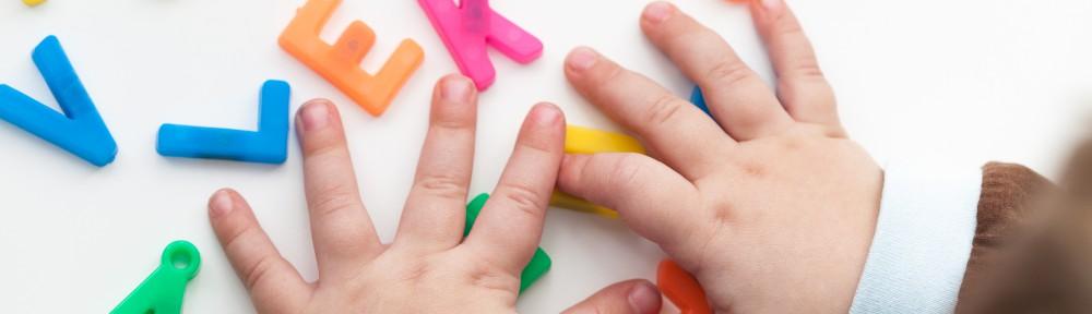 Barn leker med händerna